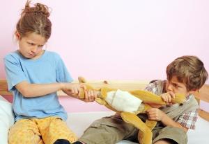 Zwei Kinder streiten sich